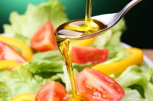 サラダといえばドレッシング。生野菜に塩や酢を加えてドレッシングのようにかけて食べる用途を提案するために、低温で固まりやすい成分を取り除いたものがサラダ油
