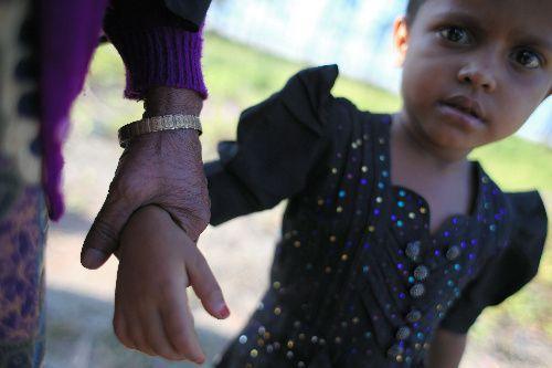 バングラデシュ南東部コックスバザール郊外で、国境を越えて避難してきたロヒンギャの子どもの姿があった=2017年11月20日