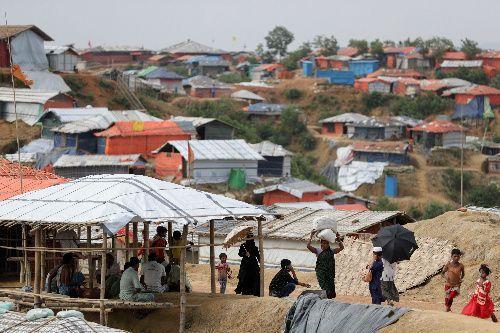 丘陵地帯一帯に仮設住宅が並ぶロヒンギャ難民のキャンプ=2018年8月4日、バングラデシュ・コックスバザール、杉本康弘撮影