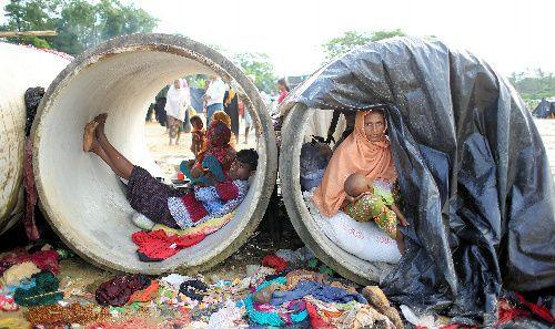 ミャンマーから逃れてきた難民の家族が建設用の土管の中で生活していた=2017年9月17日、バングラデシュ南東部コックスバザール