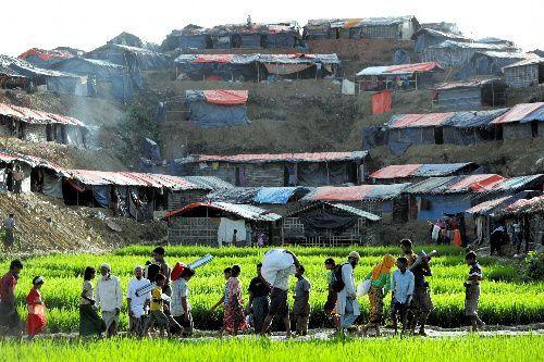 ミャンマーから逃れてきた難民の仮設テント集落が丘伝いに並んでいた=2017年9月17日、バングラデシュ南東部コックスバザール