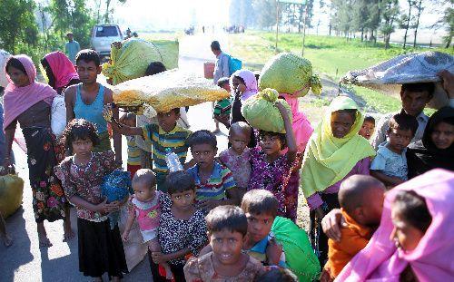 バングラデシュ南東部の国境の町テクナフで、ミャンマーから船で避難してきたロヒンギャの人たち。避難民の中には、子どもの姿も多かった=11月、杉本康弘撮影
