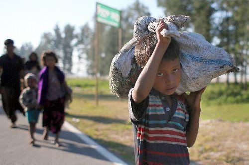 バングラデシュ南東部コックスバザール郊外を歩くロヒンギャの人たち=2017年11月20日