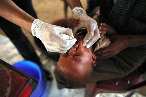 バングラデシュ・ミャンマー国境近くの難民登録所で、ワクチンの接種を受けるロヒンギャの子ども=2017年11月18日、バングラデシュ南東部コックスバザール