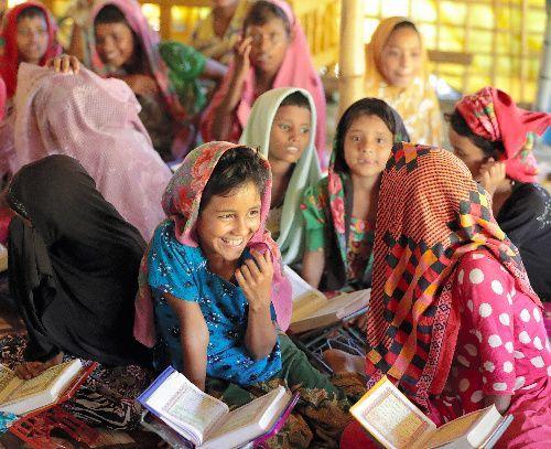 難民キャンプにある学校で、コーランの勉強をするロヒンギャの子どもたち=2017年11月18日、バングラデシュ南東部コックスバザール