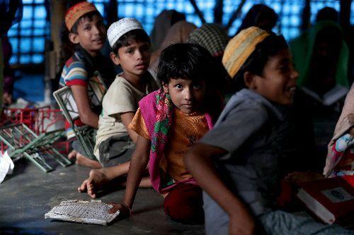 難民キャンプ内にあるアラビア語の学校で学ぶロヒンギャの子どもたち=2018年8月6日、バングラデシュ南東部コックスバザール、杉本康弘撮影