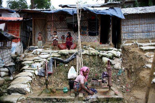 難民キャンプ内に水場があり、ロヒンギャの女性が洗濯をしていた=2018年8月4日、バングラデシュ南東部コックスバザール、杉本康弘撮影