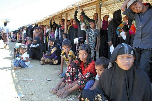 バングラデシュ南東部コックスバザール郊外の国境付近で配給を待つロヒンギャ難民たち=11月、杉本康弘撮影