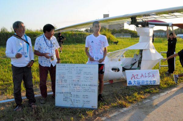 飛行前に記録申請用撮影に臨むパイロットの小島拓朗さん(右)と公式立会人=8月27日午前6時11分、滋賀県彦根市、大野宏撮影