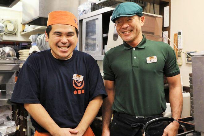 「吉野家築地一号店」最後の店長・原田和樹さん(左)と従業員=いずれも竹谷俊之撮影