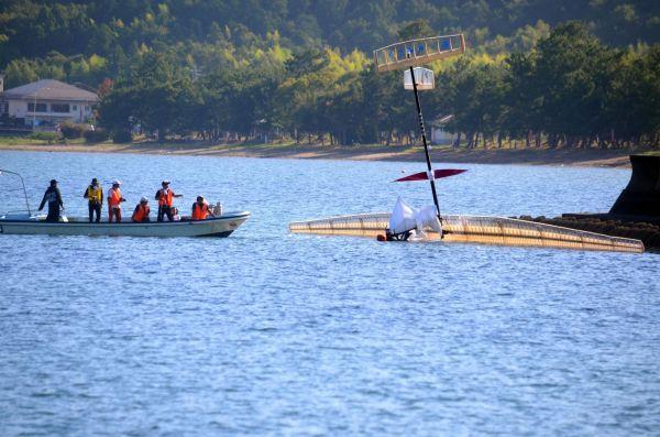着水した大阪府立大の人力飛行機=8月27日午前8時21分、滋賀県彦根市、大野宏撮影