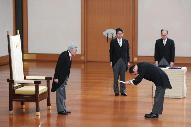天皇陛下から認証を受ける菅義偉官房長官。中央は安倍晋三首相=2017年11月1日午後、宮殿・松の間