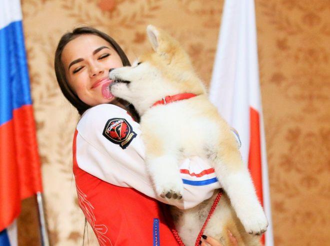 モフモフした秋田犬を抱くフィギュアスケートのザギトワ選手(ロシア)