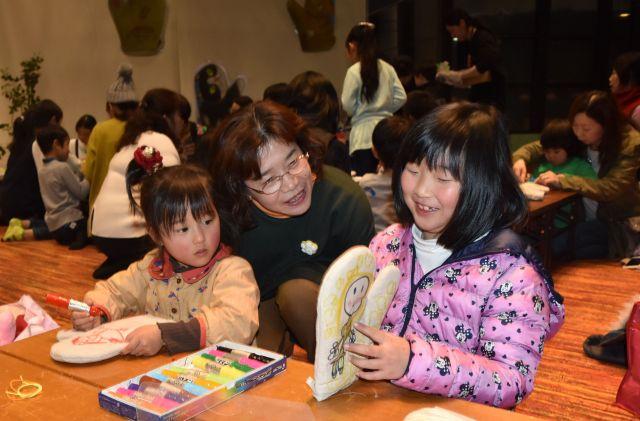 絵本を読み聞かせるイベントで子供たちとふれ合う、村上しいこさん=三重県松阪市