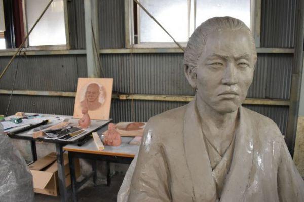 制作中の坂本龍馬像。写真から立体像を作り上げていきます=2018年8月