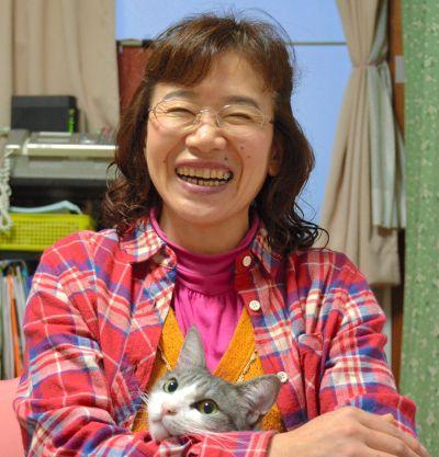愛猫・パレオを抱える村上しいこさん