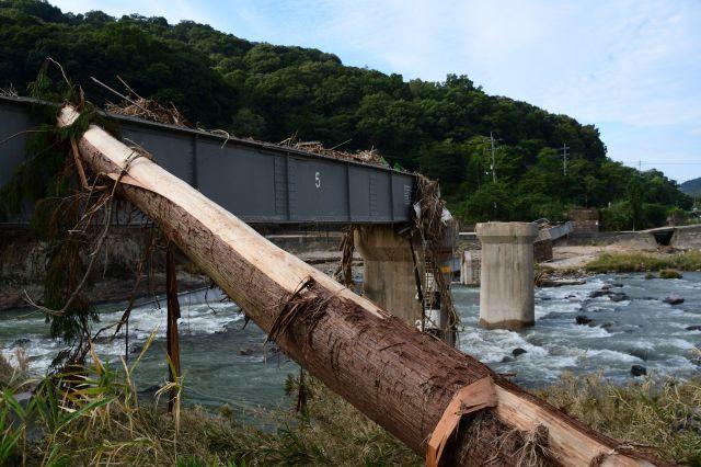 豪雨で崩落し、流木が突き刺さった芸備線の鉄橋