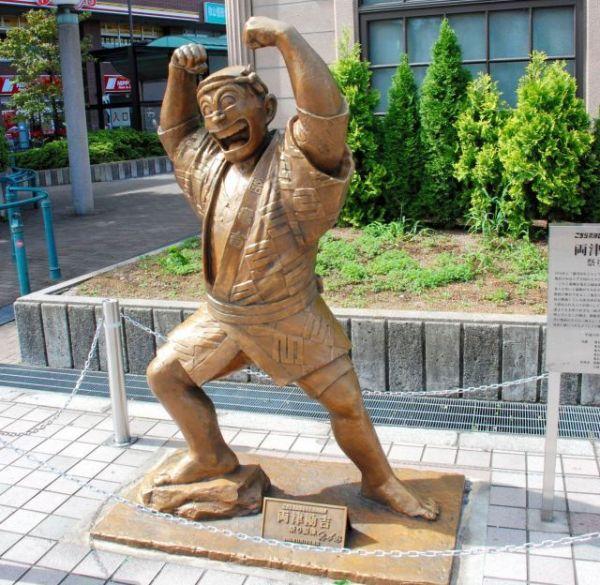 丸山達平さんが原型を手がけた両津勘吉の像=東京都葛飾区のJR亀有駅前