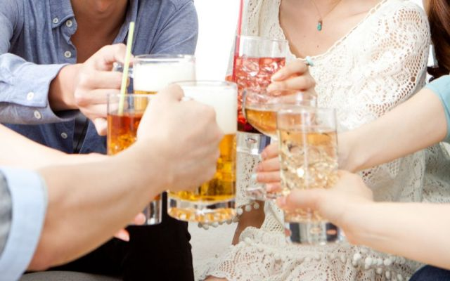 大学時代の飲み会では、ジントニックを浴びるように飲んでいました(写真はイメージです)