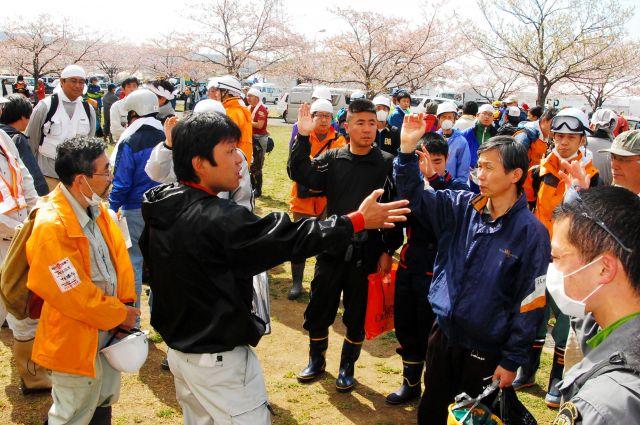 宮城県石巻市の災害ボランティアセンターに集まった希望者=2011年4月29日