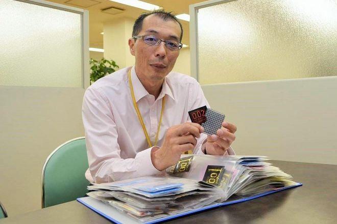 これまでの商品がまとめられたファイルを見せながら、コンドームの使用について熱く語るオカモトの林知札さん