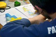 ある男子生徒の授業。集中力を途切れさせないため、並べた積み木の通りに色を塗ってもらうことも=愛知県内