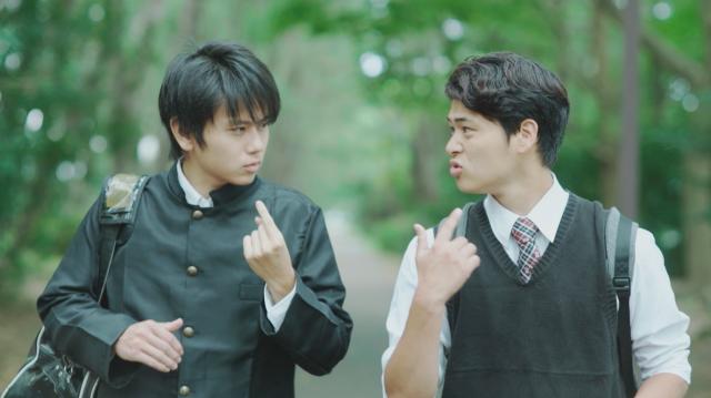 映画には、手話がたくさん出てくる。同性にひかれる男性(左)の登場人物も=JSLTime提供