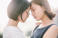 ろう者の女性カップルが主人公の映画「虹色の朝が来るまで」より=JSLTime提供