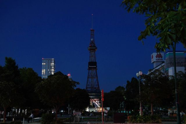 停電が続き、さっぽろテレビ塔の照明も消えた札幌中心部=2018年9月6日午後6時47分、札幌市中央区