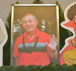 声優として数多くの作品に出演した石塚運昇さん。遺影には、ゴルフの思い出が深いハワイを訪れた時の写真が使われた