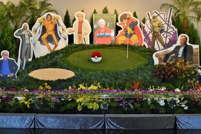 声優として数多くの作品に出演した石塚運昇さん。祭壇には遺影(中央)とともに、代表作のキャラクターが並んだ