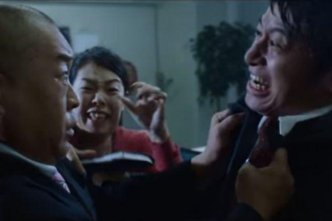 動画「今日、部下が会社を辞める。」のワンシーン。最後は社員が取っ組み合いを始めてしまいます
