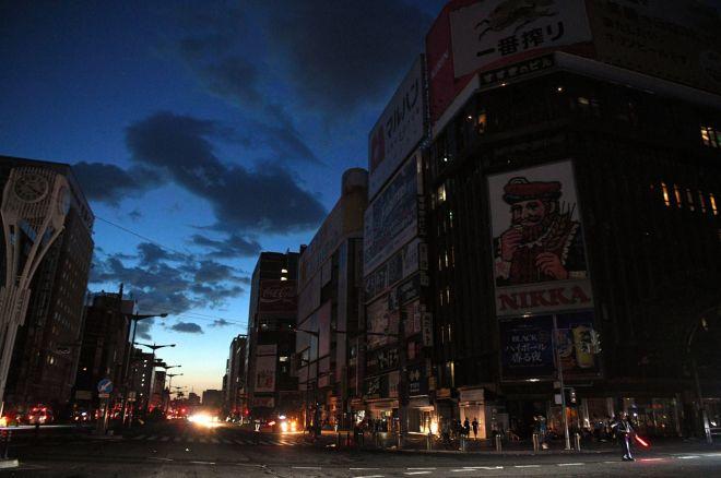 地震で停電したすすきの中心部=2018年9月6日午前4時20分、札幌市中央区、白井伸洋撮影