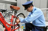 「おせっカギ作戦」で使うワイヤロックをかける説明をする警察官=いずれも福井万穂撮影
