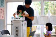 沖縄県知事選の投票をする親子連れ=2018年9月30日、那覇市、長島一浩撮影