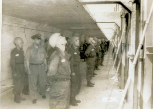 1964年9月、埼玉県の陸上自衛隊・朝霞駐屯地で東京五輪のライフル射撃場を確認する陸自幹部ら
