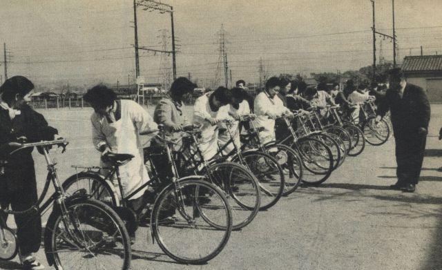 自転車講習会に参加する主婦たち。かっぽう着姿の女性も多い。
