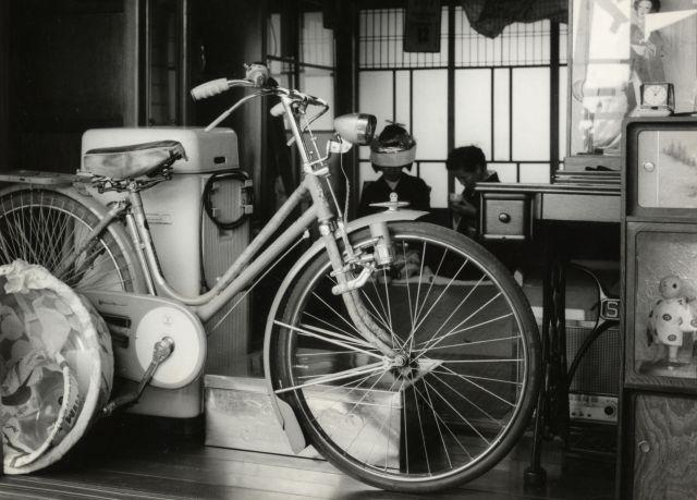 人形や洗濯機とともに、嫁入り道具として購入されたスマートレディ。奥には花嫁衣装姿の女性が座っている。(1956年頃撮影)
