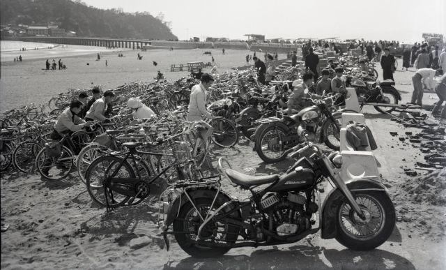江ノ島近くの海岸に、大量のバイクと自転車が並んでいる。(1959年に撮影)