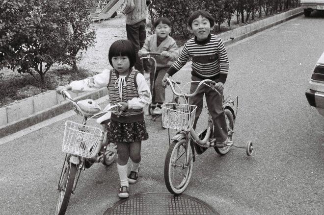 子どもにも大人気のママチャリ。その進化史には、様々なエピソードが隠されていました。(1979年に撮影)