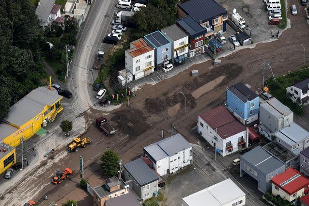 液状化とみられる現象で土砂に覆われた道路=2018年9月6日午前11時15分、札幌市清田区、朝日新聞社機から、山本壮一郎撮