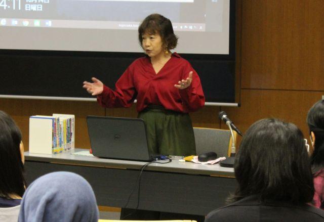 講演で虐待の経験を語る村上しいこさん=東京都の中野区立中央図書館