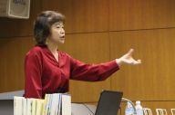 講演で虐待の経験を語る児童文学作家の村上しいこさん=東京都の中野区立中央図書館
