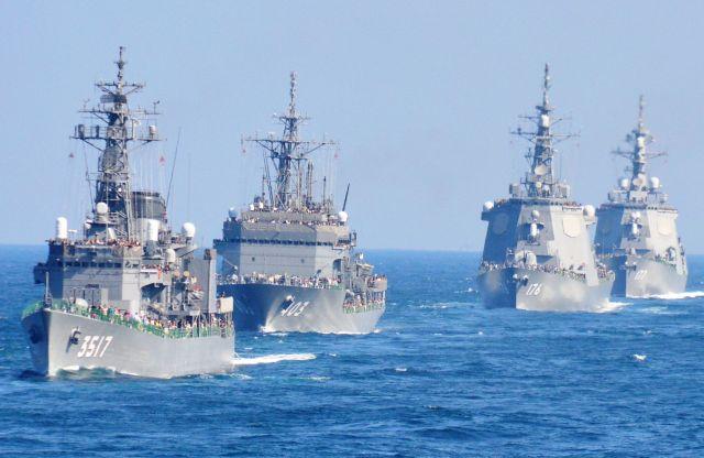 2015年10月に神奈川県沖で行われた海上自衛隊の観艦式。右の2隻はイージス護衛艦「ちょうかい」「あたご」