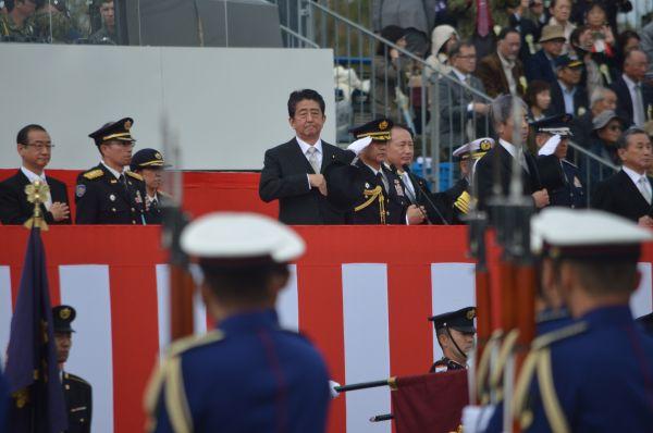 首相が儀仗隊の栄誉礼を受け、約2時間の観閲式は終わった。