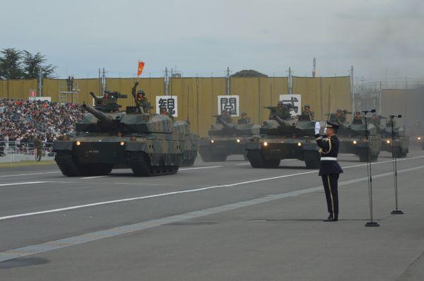 戦車22両が地響きと黒煙とともに登場。音楽隊の演奏がかき消された。