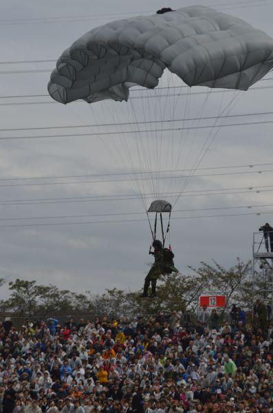 自衛隊唯一の落下傘部隊、陸自第1空挺団の隊員が会場に着地。拍手がわいた。