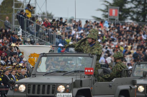 「観閲官」の首相に敬礼。観閲式のために編成された観閲部隊約4千人の指揮官を務める竹本竜司・陸上自衛隊第1師団長。