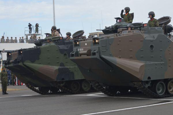 行進の最後で陸自(手前)と米海兵隊の水陸両用車AAVが並走した。