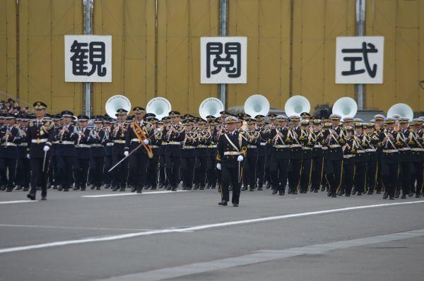 徒歩での「観閲行進」で最初に登場した陸海空自衛隊の合同音楽隊。